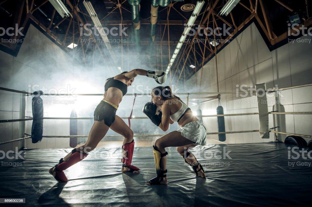 Escape o soco durante jogo de kickboxing! - foto de acervo
