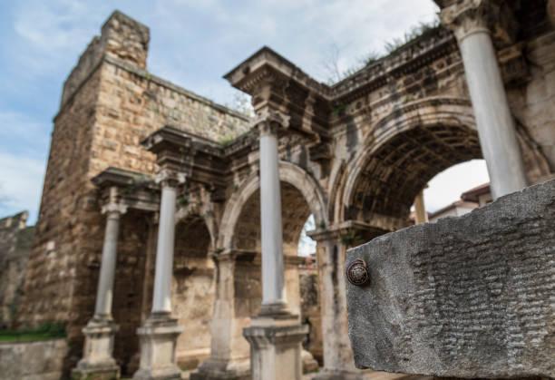escargot hält die mauer vor hadrians tor in der altstadt von antalya - hadrian's wall stock-fotos und bilder