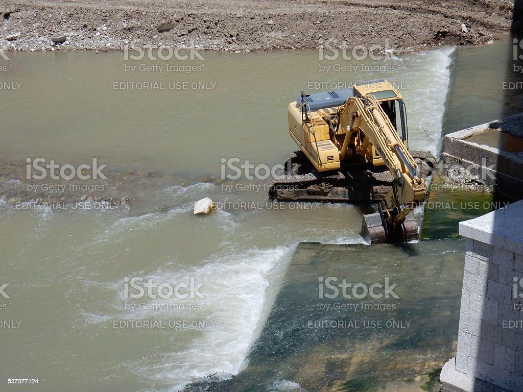 Escavatore in alveo stock photo