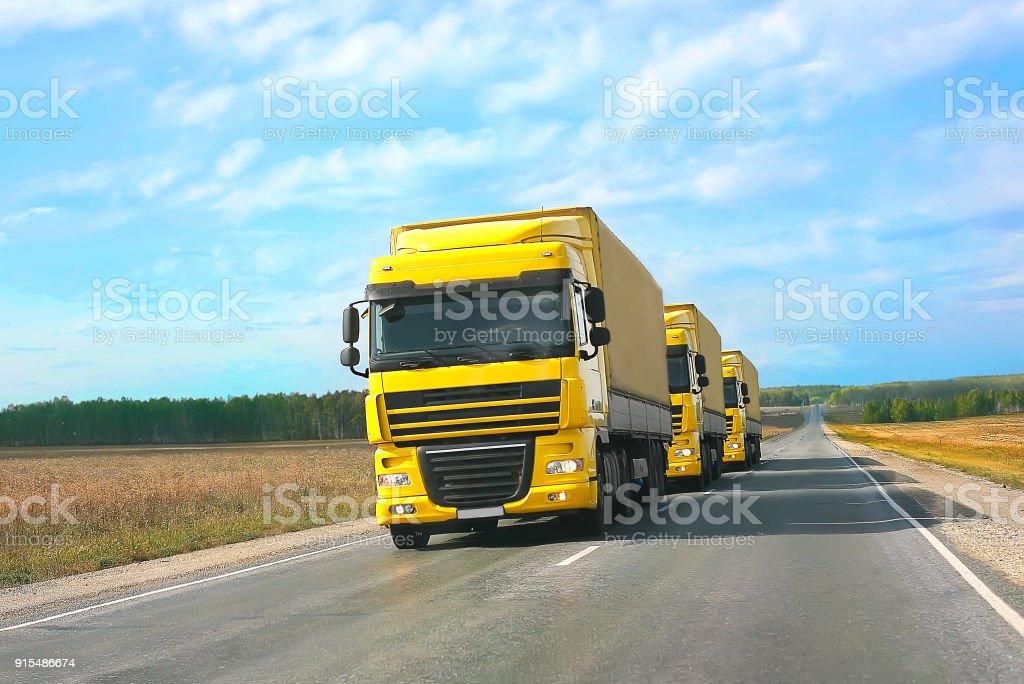 Begleitung von gelben LKWs – Foto