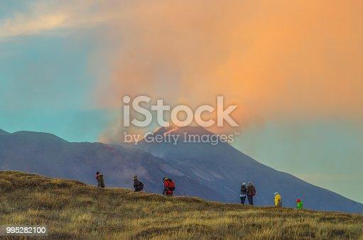 Escursione sull'etna di turisti che visitano il vulcano più alto d'Europa