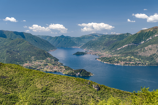 Esino Lario Lecco Lombardy Italy June 1 2019 View On Como Lake And Bellagio Peninsula In A Clear Midday Taken From The Commemorative Plaque To Ing Pietro Pensa On The Agueglio Pass — стоковые фотографии и другие картинки Без людей
