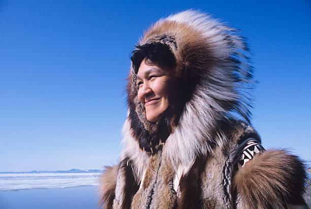 Inukshuk Frau In traditioneller Kleidung – Foto