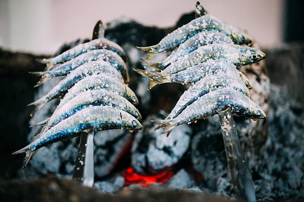 espetos -を刺した串、鰯の火災。スペイン風の料理 - アンダルシア州 ストックフォトと画像