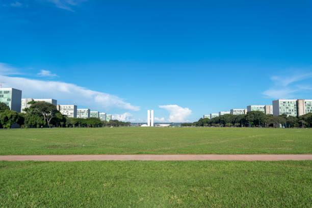 Esplanada dos ministérios e Congresso Nacional do Brasil em segundo plano. - foto de acervo