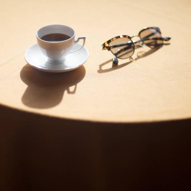 espresso und sonnenbrillen - mokkatassen stock-fotos und bilder