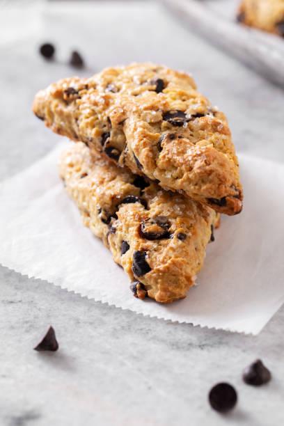 espresso chocolate chip scones på vit marmor - scone bildbanksfoton och bilder