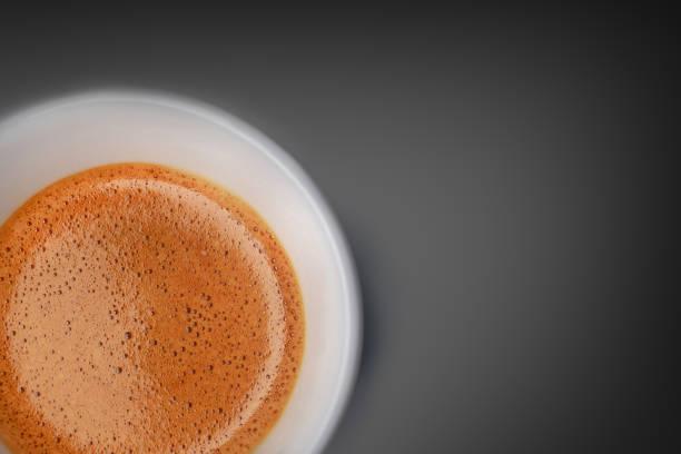 어두운 배경에 에스프레소 커피 - 커피 마실 것 뉴스 사진 이미지
