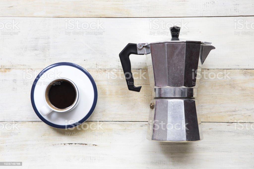 Espresso Kaffee und Moka Topf auf Grunge Holztisch Hintergrund. – Foto
