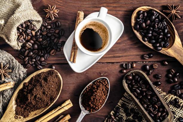 Tasse de café expresso sur table vintage et assortiment de grains de café moulus et rôties - Photo