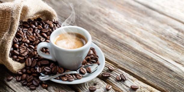 filiżanka do kawy espresso z fasolą na stole vintage - coffee zdjęcia i obrazy z banku zdjęć