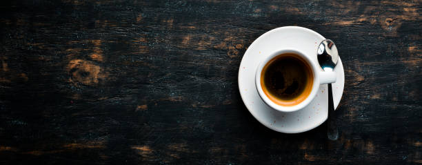 Café expresso café em um fundo de madeira. Vista superior. Espaço de cópia gratuita. - foto de acervo