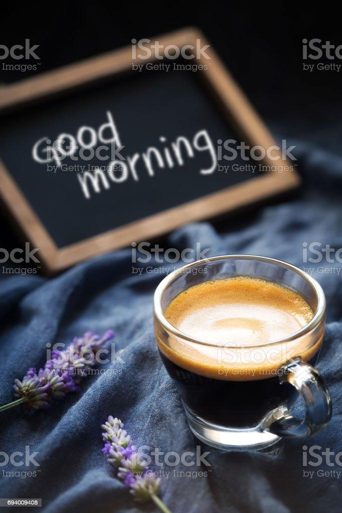 Café con flores de lavanda y de la pizarra - foto de stock