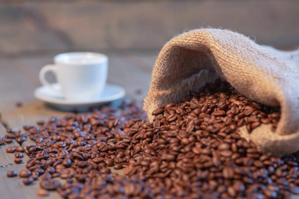 Espresso-Tasse auf einem Tisch mit Kaffee – Foto