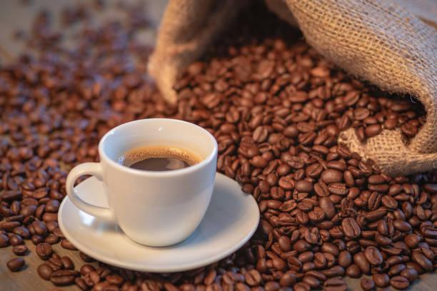 Espressotasse auf einem Tisch mit Kaffee – Foto