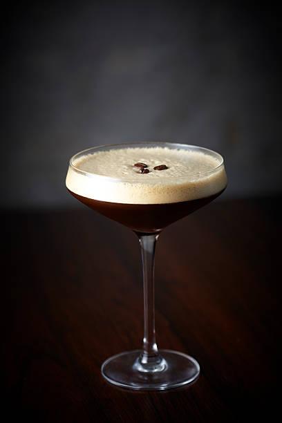 espresso martini-cocktail an der bar - espresso stock-fotos und bilder
