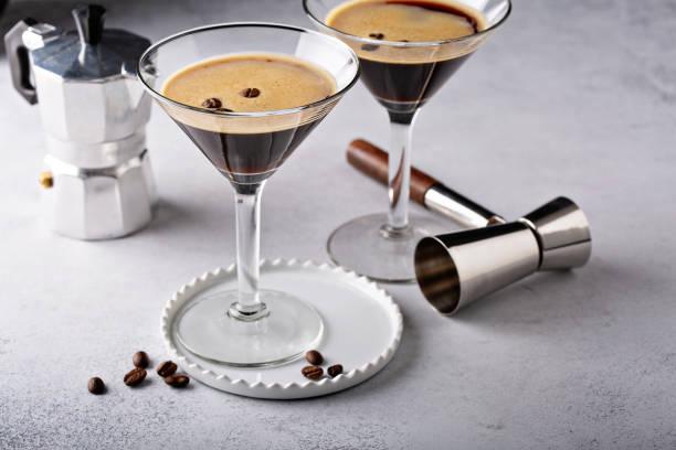 espresso martini in zwei gläsern - espresso stock-fotos und bilder