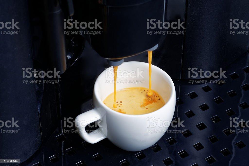 Espresso-Zubereitung in Kaffeemaschine – Foto