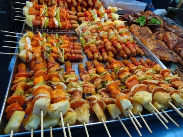 essen food auf dem markt in thailand - peixe na grelha imagens e fotografias de stock
