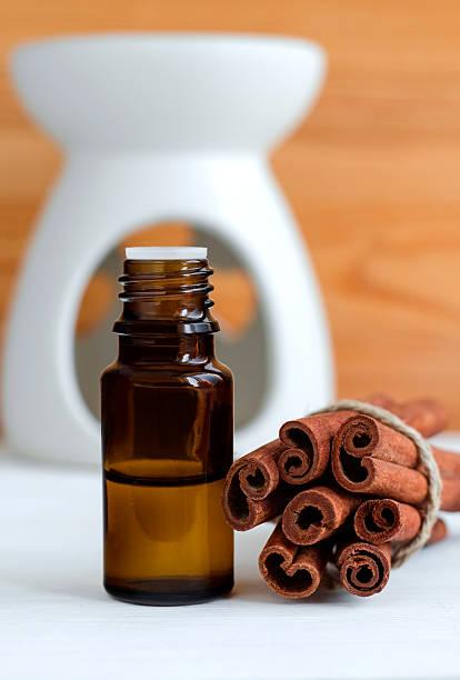 essential olio alla cannella - oli, aromi e spezie foto e immagini stock