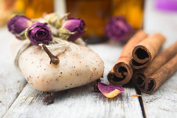 olio essenziale e fatto a mano sapone su sfondo in legno - oli, aromi e spezie foto e immagini stock