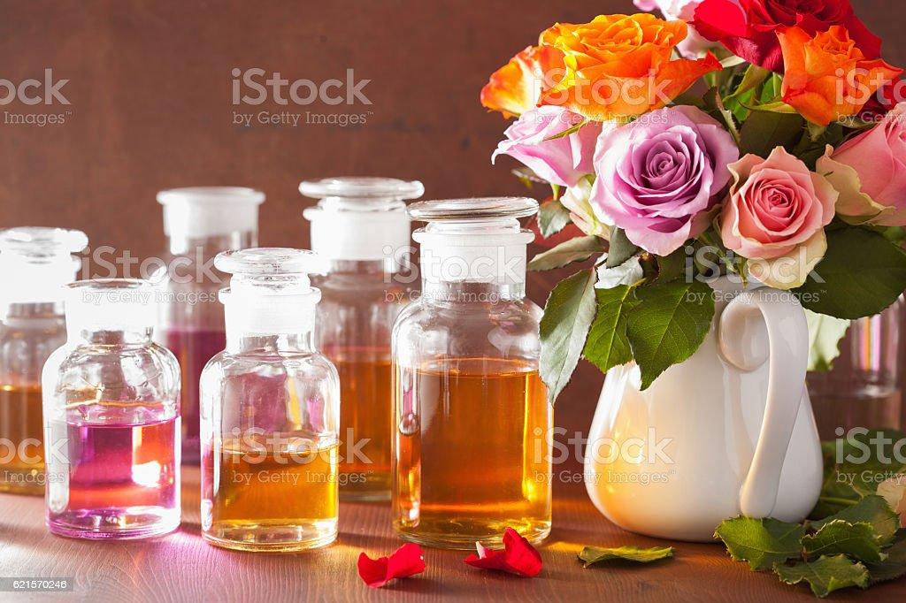 Huiles essentielles et fleurs Rose Spa aromathérapie la parfumerie photo libre de droits