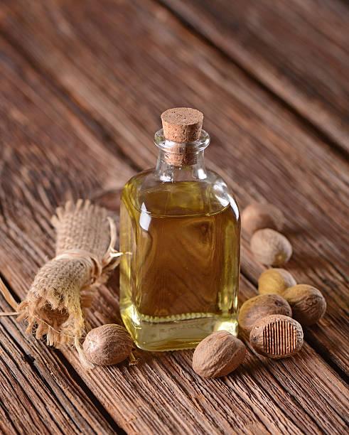 olio essenziale di noce moscata - oli, aromi e spezie foto e immagini stock