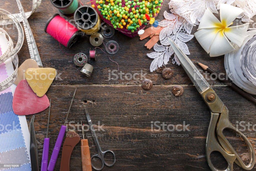 Ferramentas de alfaiate de costura profissional essencial na mesa de madeira topview - foto de acervo