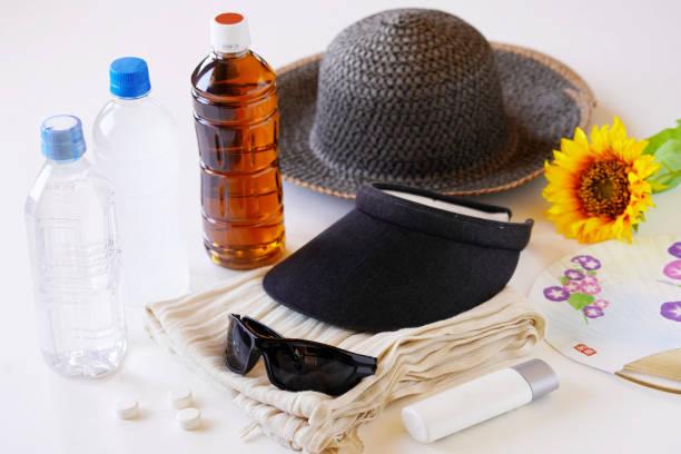 articles essentiels d'été (mesures uv et coups de chaleur) - cosmetique store photos et images de collection