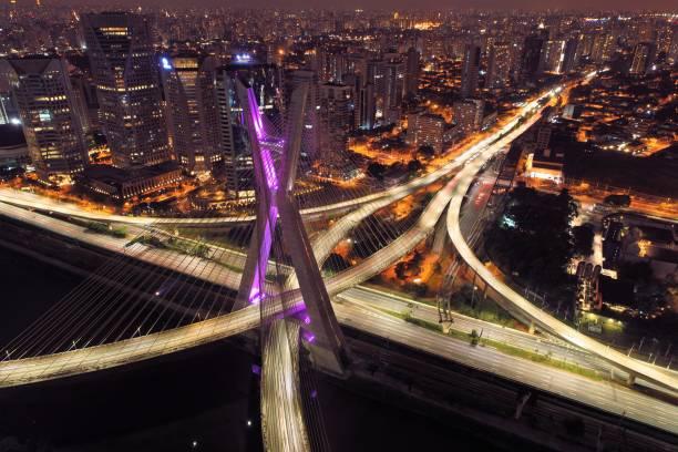 vista aérea da noite da ponte de estaiada. são paulo, brasil. centro de negócios. centro financeiro. grande paisagem. - são paulo - fotografias e filmes do acervo