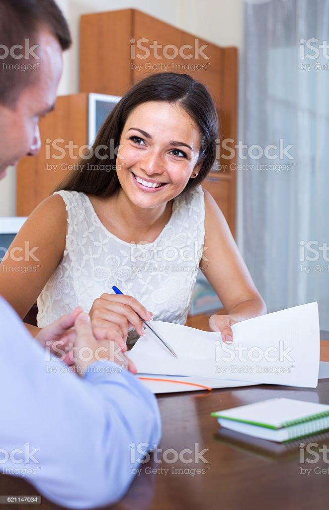agent immobilier indiquant offre à ses clients dans le bureau - Photo