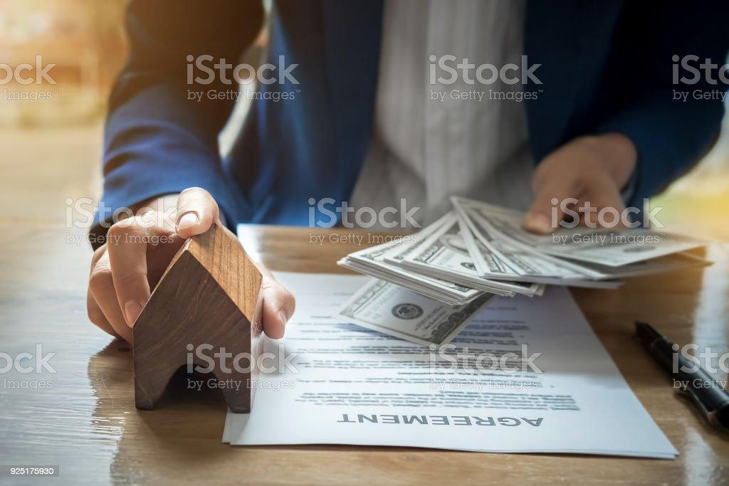 Immobilienmakler Haus mit Schlüssel des Kunden geben und halten d – Foto