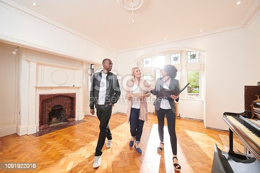 istock estate agent housebuying viewing 1091922016