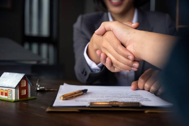 Immobilienmakler Händeschütteln mit seinem Abnehmer nach Vertragsunterzeichnung – Foto