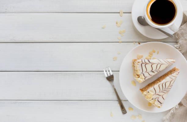 esterhazy kuchen in scheiben geschnitten auf weißen teller - deutscher schokoladen zuckerguss stock-fotos und bilder