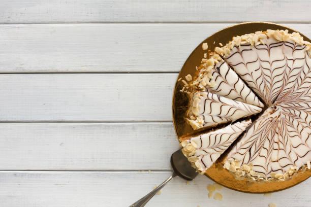 esterhazy kuchen in scheiben geschnitten auf weißen teller draufsicht - deutscher schokoladen zuckerguss stock-fotos und bilder