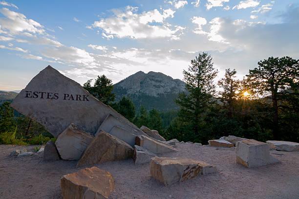 estes park welcome-segnale inglese - estes park foto e immagini stock