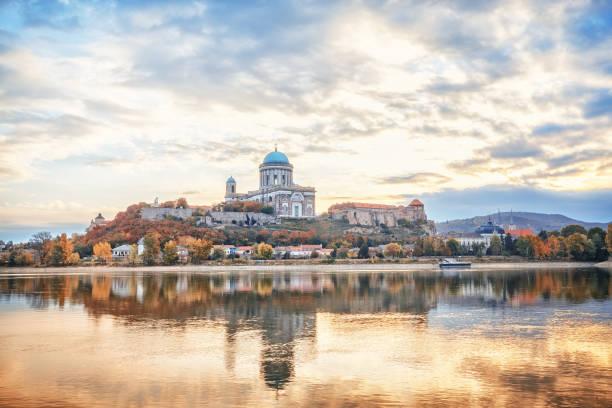 에스테르곰, 헝가리, 유럽입니다. 축복 받은 성모 마리아 성당 다뉴브 강, 아름 다운 반사 물에 미러 놀라운 아침 전망. 긴 노출 풍경입니다. - 다뉴브 강 뉴스 사진 이미지
