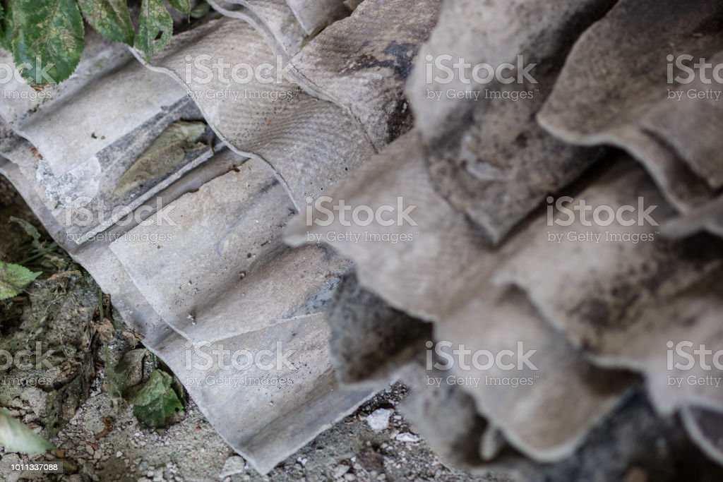 Eternit em uma antiga fazenda na Europa central. Materiais de construção antigo usados para coberturas. Temporada de verão. - foto de acervo