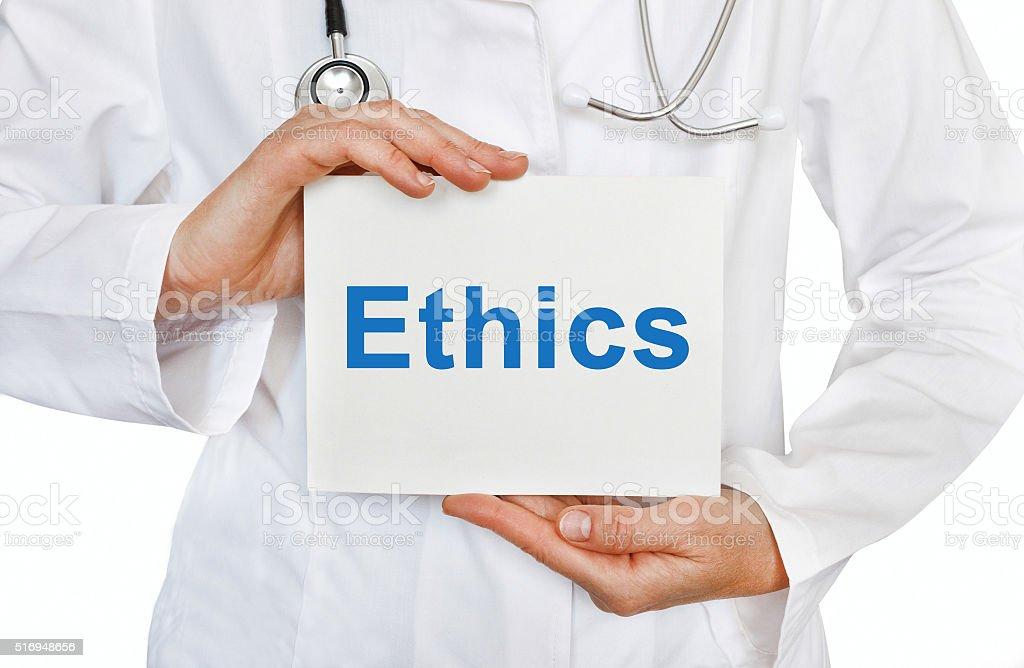 Ethik-Karte auf Hände des Arztes – Foto