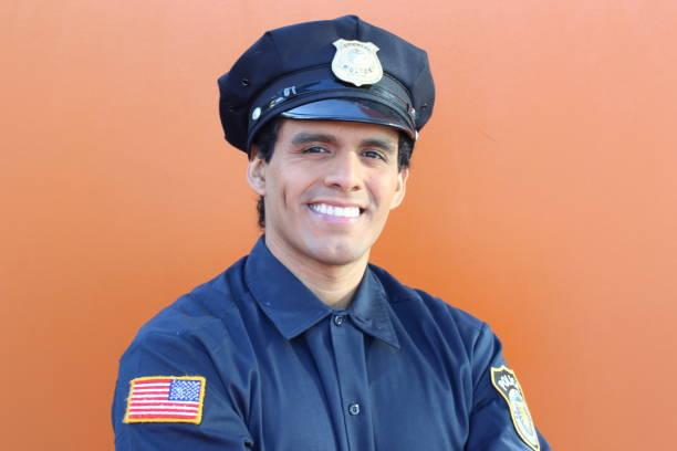 Oficial de polícia americano étnico com espaço da cópia - foto de acervo