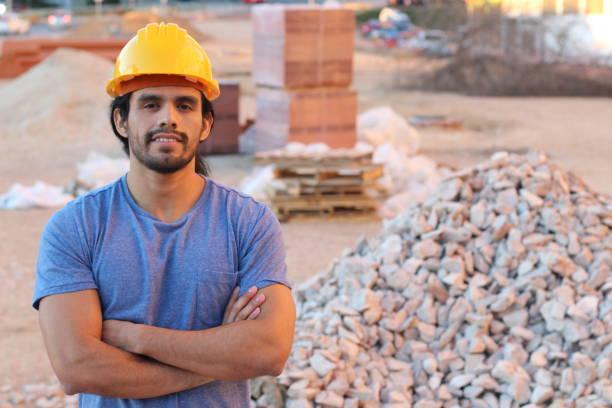 Trabalhador da construção étnico no site - foto de acervo