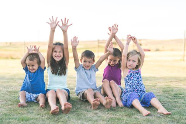 ethnische familienporträt im freien - sommerfest kindergarten stock-fotos und bilder
