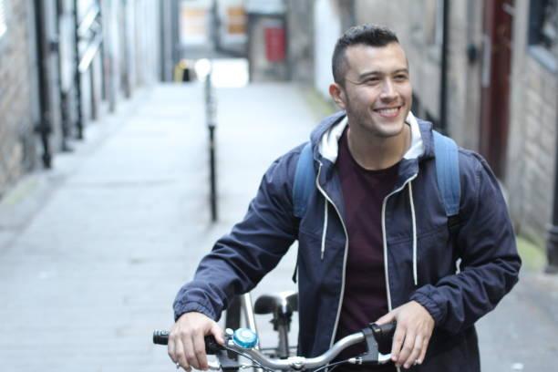 Bicicleta carreg do homem étnico em cima - foto de acervo
