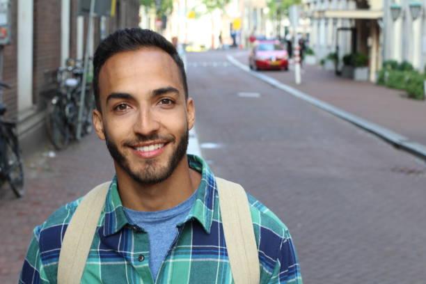 etnische man glimlachend op straat - turkse etniciteit stockfoto's en -beelden