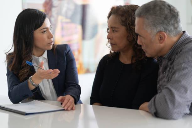 pareja étnica senior con asesor financiero - planificación financiera fotografías e imágenes de stock