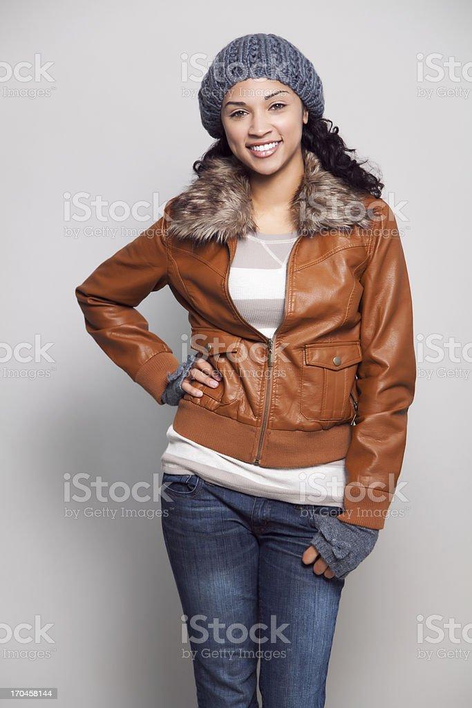 Mulher sorridente com jaqueta étnica - foto de acervo