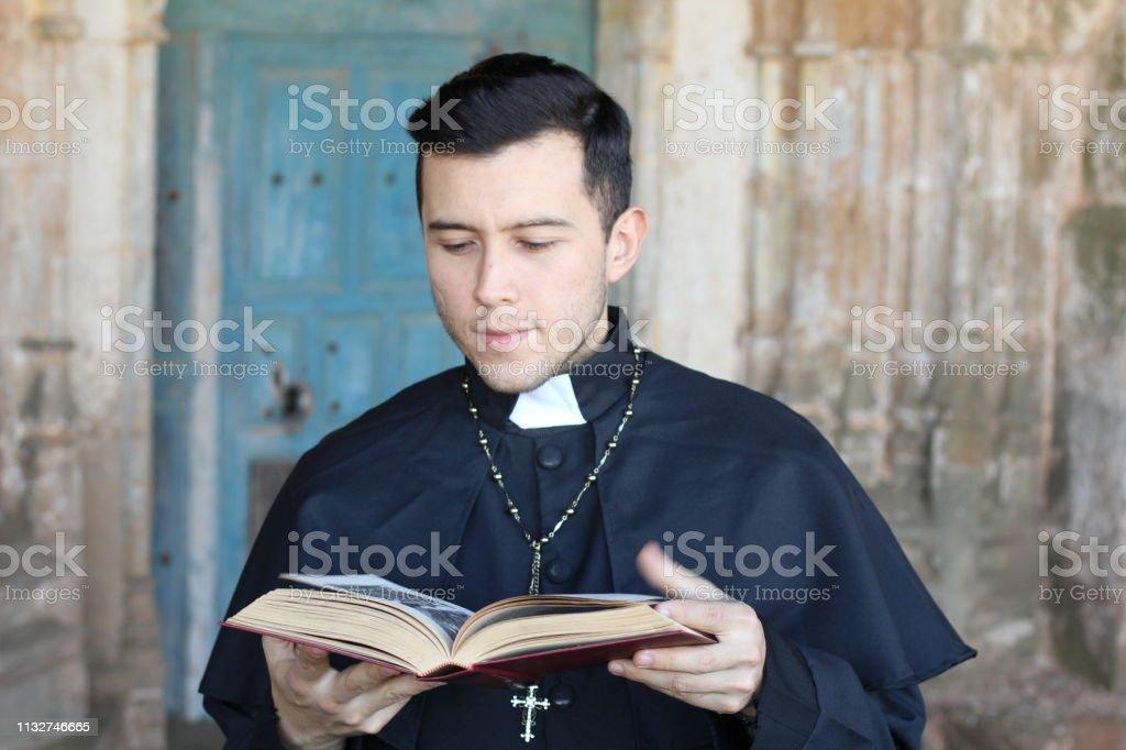 Leitura étnica do sacerdote novo isolada - foto de acervo