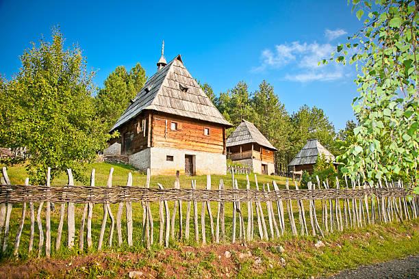 ethno village sirogojno in sunset, zlatibor mountain, serbia. - servië stockfoto's en -beelden