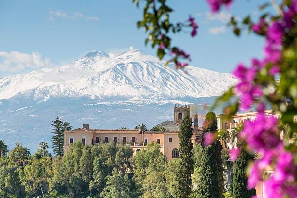 etna view from taormina, sicily, italy - 陶爾米納 個照片及圖片檔